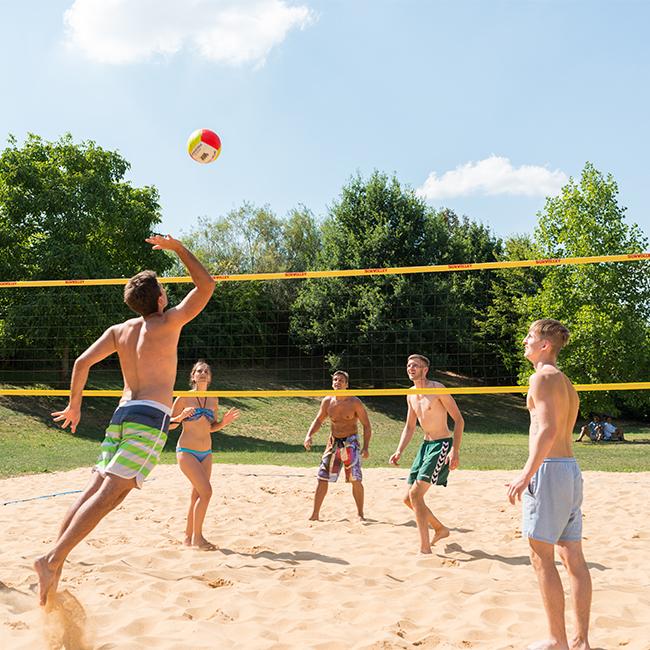 spielende Menschen auf dem Volleyballplatz im Außenbereich