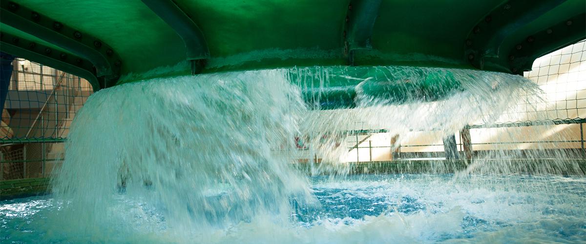 herabfallendes Wasser von einer Rutsche im Innenbereich
