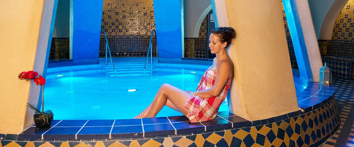 Dame im Innenbereich Sauna Orient