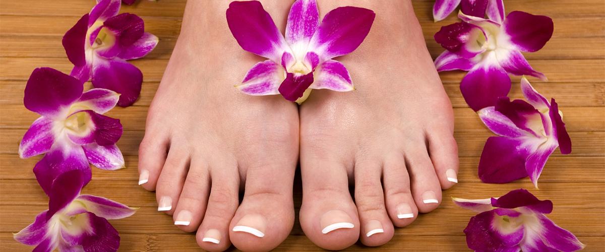 pedikürte Füße mit Dekoblumen