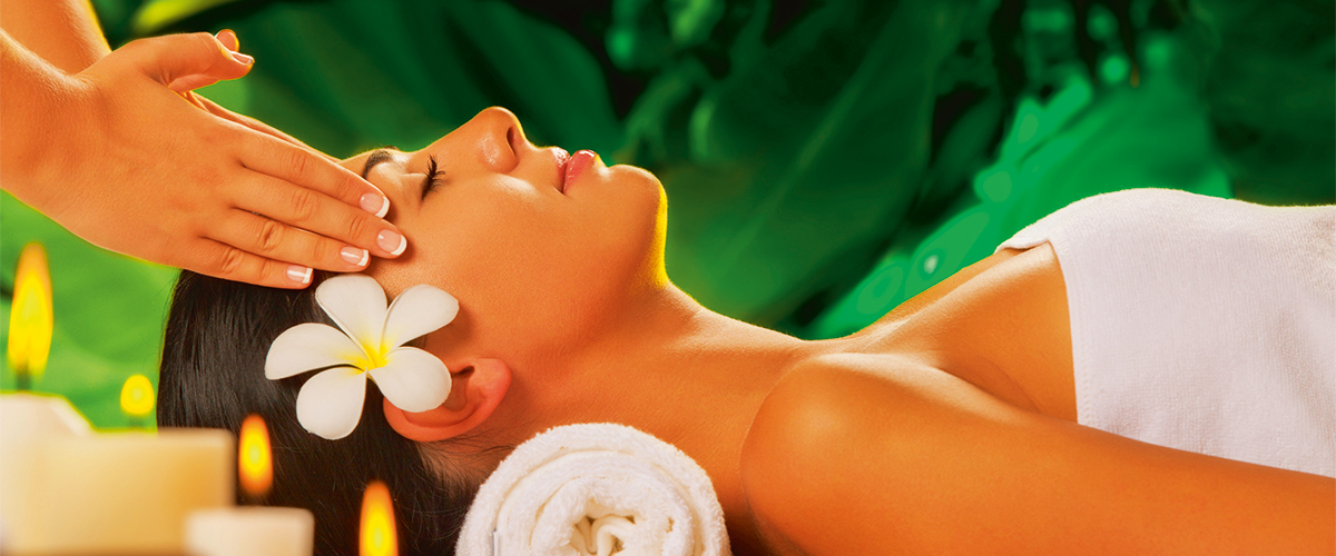 entspannte Dame bei der Kosmetik Gesichtsmassage