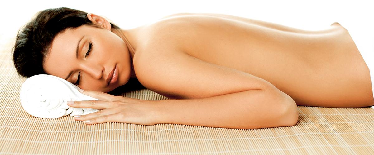 entspannte Dame im Wellnessbereich Massage