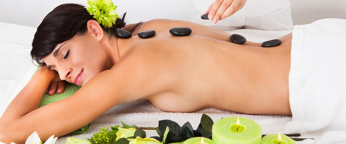 entspannte Dame bei einer Hotstone-Massage