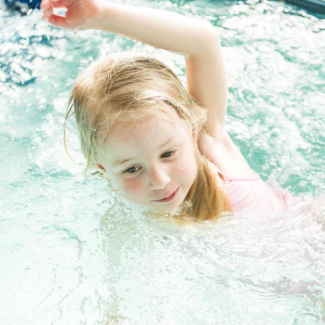 kleines Mädchen im Wasser