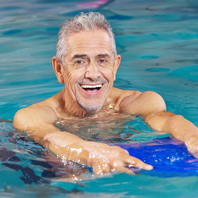 älterer Herr im Wasser
