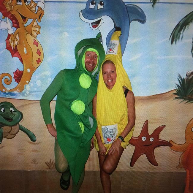 Dame und Herr in Erbensschoten- und Bananenkostüm