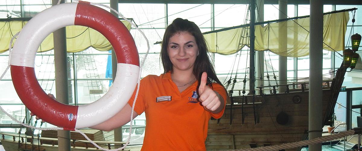 junges Mädchen im orangenen T-Shirt mit Rettungsring