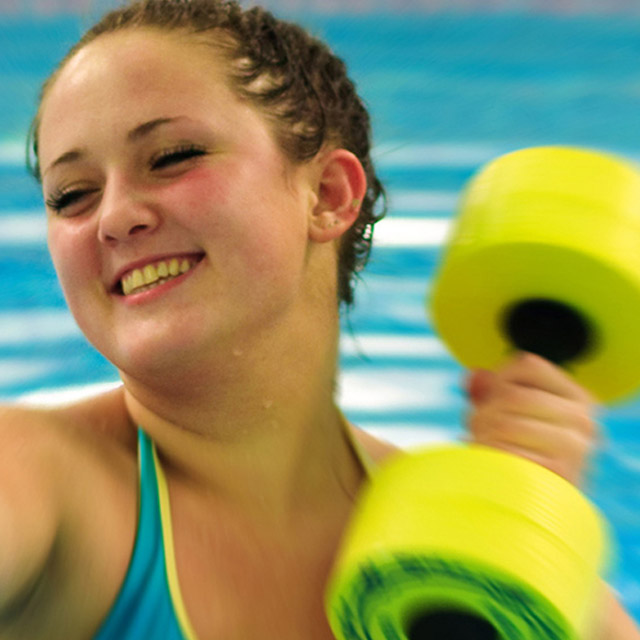 junge Dame mit Hantel beim Aquasport