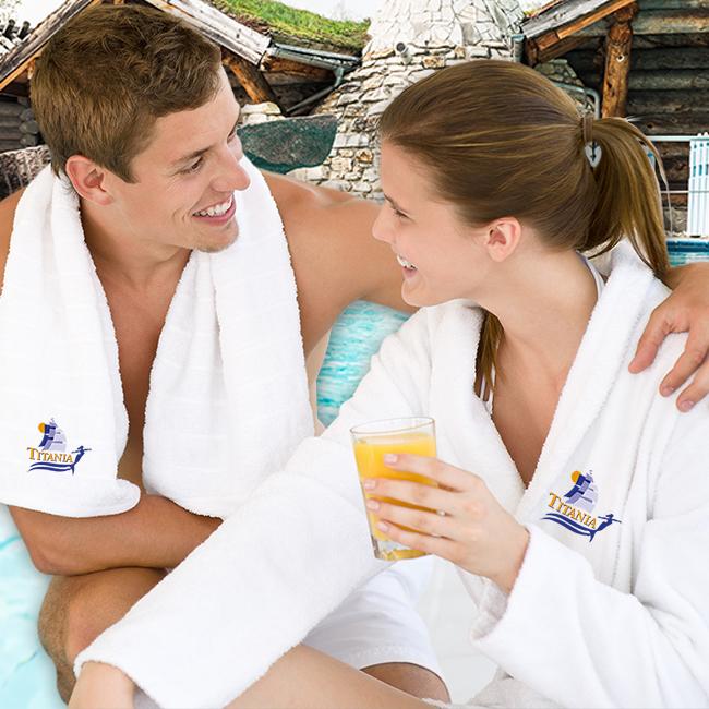 Mann und Frau in Bademantel und Handtuch im Außenbereich