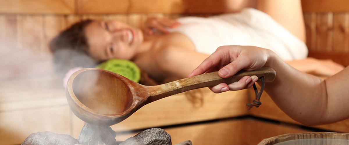 entspannte Dame in der Sauna beim Aufguss